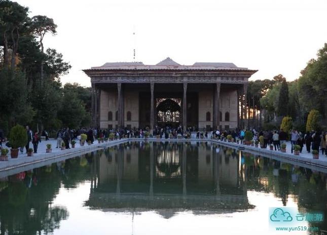 """伊朗四十柱宫所在的波斯园林是阿巴斯大帝修建,而园林中央的宫殿则是其后的阿巴斯二世于1647年建造。宫殿的前面是一个巨大的门廊,门廊由20根柏木做的独木巨柱支撑。门廊前面有一个长110米、宽16米的水塘,水从安放在塘底的四头狮子的口中喷出。塘水清澈见底,波光粼粼。木柱倒映在水中,又有20根同样的柱子浮现。人们根据这一独特的景观将宫殿称为""""四十柱宫""""。"""