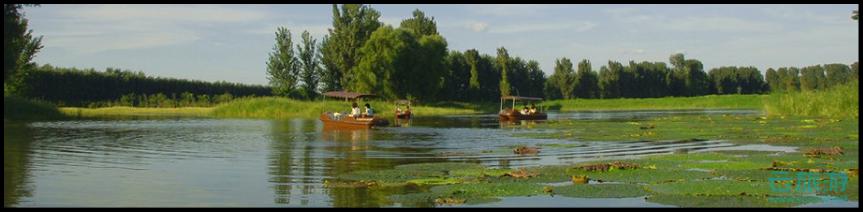 """云旅游湿地大观频道是全世界湿地公园的旅游总门户。世界湿地地理,世界湿地博览会、湿地大全,湿地检索,湿地旅游门户。""""湿地"""",泛指暂时或长期覆盖水深不超过2米的低地、土壤充水较多的草甸、以及低潮时水深不过6米的沿海地区,包括各种咸水淡水沼泽地、湿草甸、湖泊、河流以及泛洪平原、河口三角洲、泥炭地、湖海滩涂、河边洼地或漫滩、湿草原等。按《国际湿地公约》定义,湿地系指不问其为天然或人工、常久或暂时之沼泽地、湿原、泥炭地或水域地带,带有静止或流动、或为淡水、半咸水或咸水水体者,包括低潮时水深不超过6米的水域。潮湿或浅积水地带发育成水生生物群和水成土壤的地理综合体。是陆地、流水、静水、河口、和海洋系统中各种沼生、湿生区域的总称。湿地是地球上具有多种独特功能的生态系统,它不仅为人类提供大量食物、原料和水资源,而且在维持生态平衡、保持生物多样性和珍稀物种资源以及涵养水源、蓄洪防旱、降解污染调节气候、补充地下水、控制土壤侵蚀等方面均起到重要作用。湿地是位于陆生生态系统和水生生态系统之间的过渡性地带,在土壤浸泡在水中的特定环境下,生长着很多湿地的特征植物。湿地广泛分布于世界各地,拥有众多野生动植物资源,是重要的生态系统。很多珍稀水禽的繁殖和迁徙离不开湿地,因此湿地被称为""""鸟类的乐园""""。湿地是地球上有着多功能的、富有生物多样性的生态系统,是人类最重要的生存环境之一。湿地的类型多种多样,通常分为自然和人工两大类。自然湿地包括沼泽地、泥炭地、湖泊、河流、海滩和盐沼等,人工湿地主要有水稻田、水库、池塘等。据资料统计,全世界共有自然湿地855.8万平方公里,占陆地面积的6.4%。湿地强大的的生态净化作用,因而又有""""地球之肾""""的美名。世界各地以湿地良好生态环境和多样化湿地景观资源为基础,大量建设具有湿地科普宣教、湿地功能利用、弘扬湿地文化等功能,并配备一定规模的旅游休闲设施,可供人们旅游观光、休闲娱乐的生态型主题公园湿地公园。"""