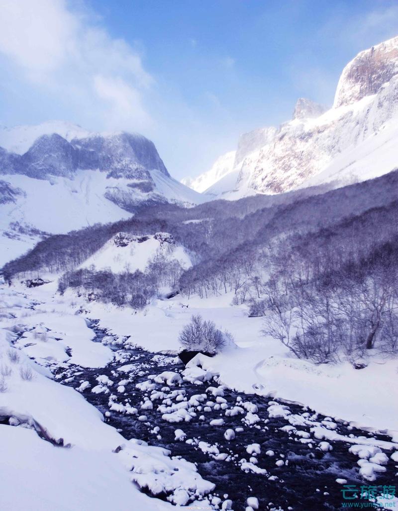 """长白山,亦作白头山,位于今日中国吉林省和朝鲜两江道三池渊郡,是中朝两国的界山,更是东北第一高峰,号称""""东北屋脊"""",是中华民族的圣山,中华十大名山。因其主峰多白色浮石与积雪而得名,素有""""千年积雪万年松,直上人间第一峰""""的美誉。"""