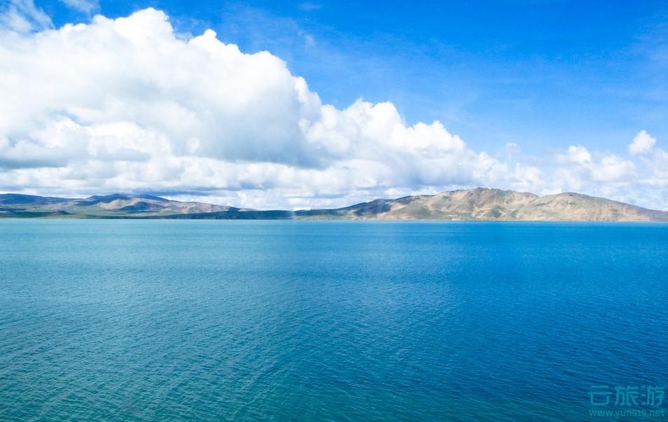青海湖就像是一盏巨大的翡翠玉盘平嵌在高山、草原之间,构成了一幅山、湖、草原相映成趣的壮美风光和绮丽景色。
