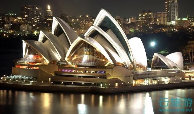 悉尼歌剧院是澳大利亚的象征,澳大利亚悉尼旅游必到景点。悉尼歌剧院是公认的20世纪世界七大奇迹之一,是悉尼最容易被认出的建筑,它白色的外表,建在海港上的贝壳般的雕塑体,象飘浮在空中的散开的花瓣,多年来一直令人们叹为观止...