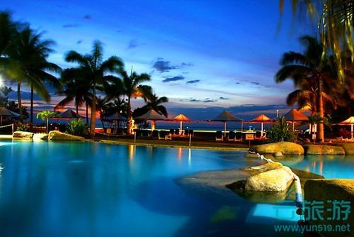 巴厘岛是印度尼西亚13600多个岛屿中最耀眼的一个岛,行政上称为巴厘省,是印度尼西亚33个一级行政区之一。它位于印度洋赤道南方8度,爪哇岛东部,岛上东西宽140公里,南北相距80公里,全岛总面积为5620平方公里。巴厘岛大致呈菱形,主轴为东西走向,地势东高西低,山脉横贯,有10余座火山锥,东部的阿贡火山海拔3142米,是全岛最高峰。日照充足,大部分地区年降水量约1500毫米,干季约6个月。经济发达,人口密度仅次于爪哇,居全国第二位。居民主要是巴厘人,信奉印度教,以庙宇建筑、雕刻、绘画、音乐、纺织、歌舞和风景闻名于世。为世界旅游圣地之一。