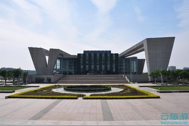琴台大剧院,坐落于月湖之畔、江汉之滨,隔湖南望始建于北宋年间的古琴台,由武汉市政府投资15.7亿人民币兴建。琴台大剧院作为月湖文化艺术中心核心组成部分,凭借其先进的设备设施,将成为武汉最高档次的文化表演场所,也是2007年第八界中国艺术节的主会场。武汉琴台大剧院设计没有直接借用古琴的造型,而是取其神韵,将其抽象,提取其基本线型和元素,并按照理性的原则,重塑独特的建筑语言,外伸的构架如同钢琴敲击的簧片,宛如琴键飞奔,又似水袖飞舞。巨大的尺度,富有永恒的纪念性,极具雕塑感和阳刚之气。 主持设计琴台大剧院