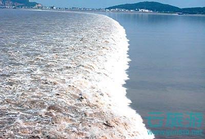 """钱塘江是中国浙江省第一大河,发源于安徽省黄山,流经安徽、浙江二省,古名""""浙江"""",亦名""""折江""""或""""之江"""",最早见名于《山海经》,是越文化的主要发源地之一。河流全长688千米,流域面积5.56万平方千米,年均流量442.5亿立方米,河口潮汐水力资源理论蕴藏量为472万千瓦特。新安江与兰江是钱塘江的源头,于上海市南汇区和宁波市、舟山市嵊泗县之间注入东海,其中杭州附近河段,称为""""之江""""或""""罗刹江""""。钱塘江潮被誉为""""天下第一潮""""。"""