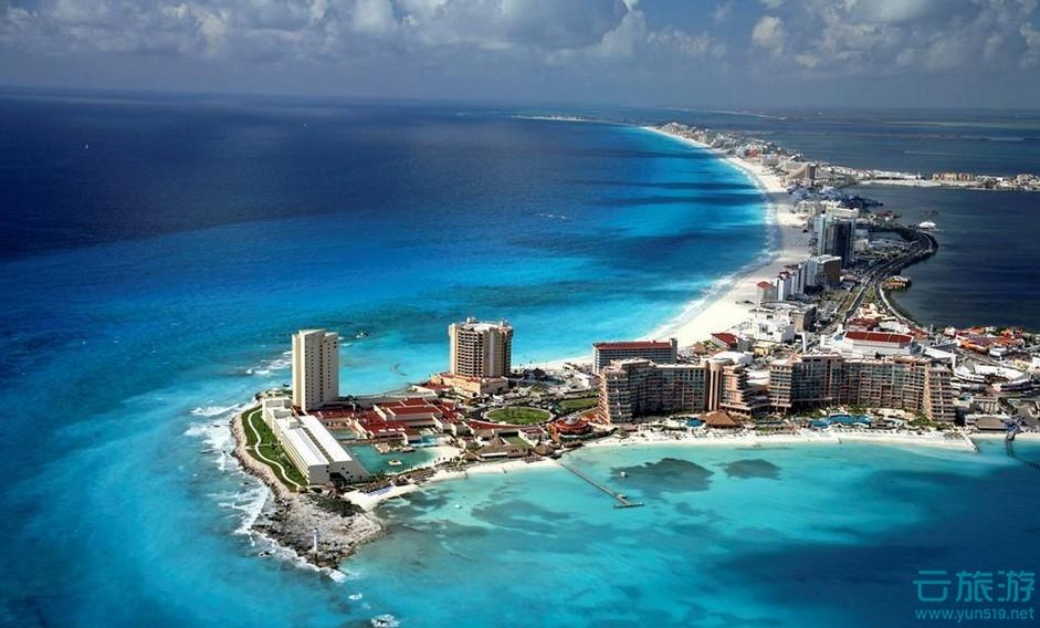 坎昆, 墨西哥著名国际旅游城市。位于尤卡坦半岛东北角,加勒比海畔。人口超过10万。阳光明媚,海水清澈,沙滩白色细软。年平均气温27.5℃,每年仅有雨、旱两季,全年晴天240余天,阴雨天不足50天。          墨西哥坎昆位于加勒比海北部,尤卡坦半岛东北端海滨,是一座长21公里、宽仅400米的美丽岛屿。整个岛呈蛇形,西北端和西南端有大桥与尤卡坦半岛相连。隔尤卡坦海峡与古巴岛遥遥相对...