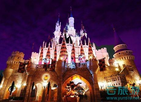 奥兰多迪士尼世界位于美国佛罗里达州,总投资40000万美元。奥兰多迪斯尼世界总面积达124平方公里,拥有4座超大型主题乐园,分为:迪斯尼-未来世界( Disney's Epcot )、迪斯尼-动物王国( Disney's Animal Kingdom)、迪斯尼-好莱坞影城( Disney's hollywood studio )、迪斯尼-魔法王国( Disney's Magic Kingdom);2座水上乐园;32家度假饭店(其中有22家由迪斯尼世界经营)以及784个露营地。每年吸引2000万人次的游客进来娱乐。