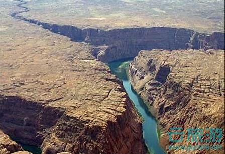 世界地质奇观发现之旅就在云旅游。美国大峡谷。大峡谷为访问者提供了无以伦比的机会从陡立丛生的悬崖边欣赏壮观的远古峡谷中狭长景色。它并不是世界上最深的峡谷,但是大峡谷凭籍其超乎寻常的体表和错综复杂、色彩丰富的地面景观而驰名。从地质角度上来看,它非常有价值因为裸露在峡谷石壁上的从远古保留下来的巨大石块因其坚硬和粗犷而美丽。这些石层无声地记载了北美大陆早期地质形成发展的过程。当然,这里也是地球上关于风蚀研究所能找到的最迷人的景点。