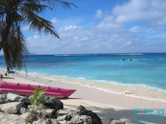 天生丽质难自弃,塞班岛就是一个风情万种的佳人,玻璃般的海水,妩媚动人的密克罗尼西亚女郎与土风舞,以及浪漫而令人兴奋的沙滩烧烤PARTY…… 塞班岛以富有变化的地形以及超高透明度的海水令潜水族们一展身手,被誉为目前世界第一潜水圣地。