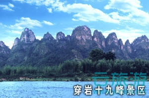 """新昌旅游景点推荐。新昌,山清水秀,人杰地灵,是中国山水诗、山水画的发祥地,也是浙东唐诗之路、佛教之旅、茶道之源的精华所在,生态环境良好,旅游资源丰富,森林覆盖率63.8%,是省级生态县。其中天姥山是李白梦游之地,文化名山;大佛寺是国家4A级旅游区,江南第一大佛有1600年历史;穿岩十九峰集""""漓江之美、雁荡之奇、桂林之秀""""于一身;国家地质公园汇集了大量1亿5千万年前恐龙时代的硅化木。良好的自然生态,深厚的文化积淀,优美的景区景点,吸引了众多的国内外游客前来旅游休闲。沃洲、天姥的湖光山色为历代文人墨客向往的栖止之地。从东晋、南朝的佛教文化到唐代的诗文化,新昌承载了两座文化高峰。"""