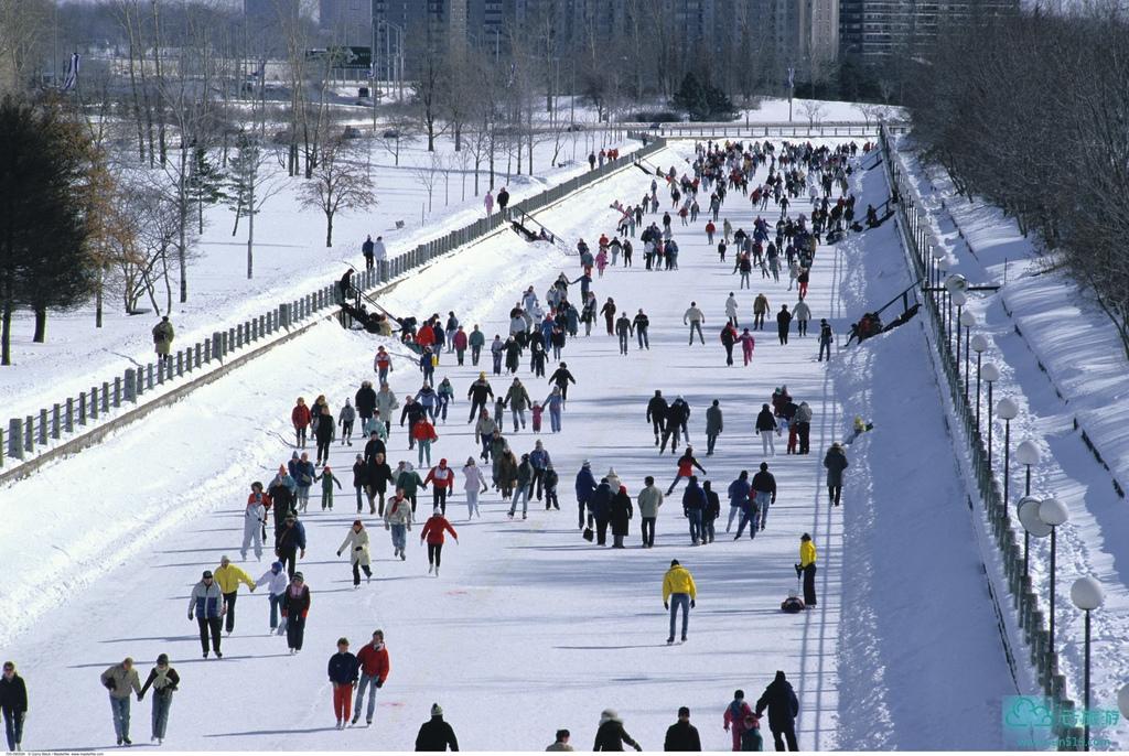 """里多运河是加拿大首都渥太华重要的旅游胜地。里多运河最为人知的美誉当属""""世界最长的滑冰场"""",但是联合国教科文组织对它的评语是,""""它是美洲大陆北部争夺控制权的见证""""。联合国教科文组织的定名公函称其为""""北美保存最好的止水运河,佐证了这项欧洲技术在北美的大规模运用。它是上溯到十九世纪初北美大修运河时代,唯一还按原河道作业、其原有结构大部分保存完好的运河""""。渥太华的里多运河(Rideau Canal)2007年也被联合国教科文组织授予世界遗产称号,成为加拿大的第14个世界遗产地。每年2月中旬渥太华都会在冰冻後的里多运河举办热闹非凡的冬季狂欢节,冬庆节的所有活动都围绕冰雪题材展开,它的特色除了有冰雕展、雪橇活动、破冰船之旅外,还有冰上曲棍球赛、雪鞋竞走以及冰上驾马比赛等精彩活动。冬庆节已经成为渥太华一个重要的标志,同时也是整个北美洲地区最吸引人的冬季旅游活动之一。而在世界最长的溜冰场-里多运河上滑冰则是冬庆节中最具有特色的项目,冬季的渥太华已成为加拿大滑冰爱好者的首选之地。"""