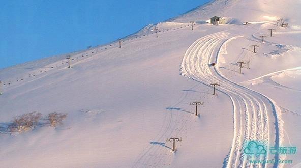由于日本北海道降雪丰富,降雪量排全球第二,并且这个地方下雪往往是白天不下晚上下,所以这里每年都吸引大量滑雪爱好者来感受当地特有的、松软幼细的粉雪(Powder),这里被滑雪爱好者称为粉雪的天堂。二世谷目前大概是外国人参观最多的日本滑雪和单板滑雪胜地。羊蹄山上能够有得到保证的粉末雪和雄伟风光使之成为一个非常受欢迎的目的地。从札幌乘公共汽车或火车3个小时可到二世谷。