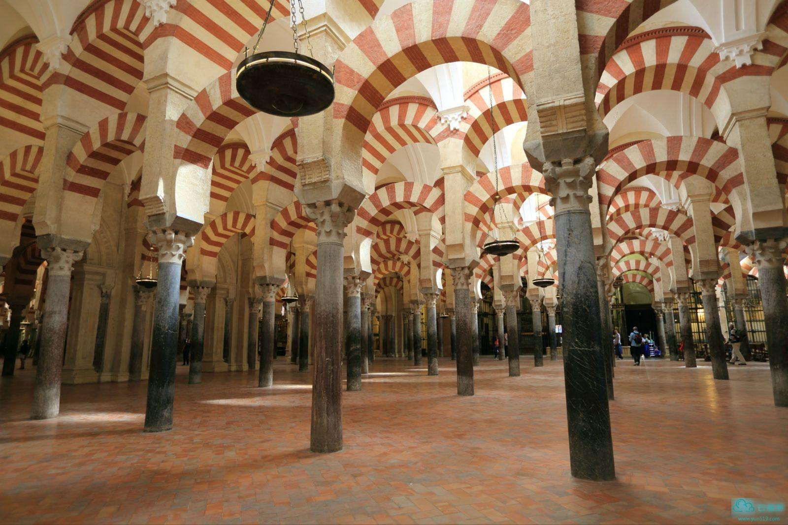 世界旅游胜地推荐:世界2017注册秒送金遗产科尔多瓦大清真寺位于西班牙南部古城科尔多瓦市内, 具有摩尔建筑和西班牙建筑的混合风格。对于西班牙的穆斯林来说,科尔多瓦的大清真寺是仅次于麦加和耶路撒冷的朝圣之地。大清真寺始建于8世纪,穆斯林占领了科尔多瓦,改建了当时西哥特人天主教会,经多次扩建,可容纳2万5千人,建筑风格和特色并没有变,只是建筑面积越来越大,装饰越来越丰富。整个建筑为长方形,长180米,宽130米,共有850根石柱。将正殿分成南北19行,每行各有29个拱门的翼廊,每个拱门又各有上下两层马蹄形的拱券,整座正殿玉柱林立、拱廊纵横,宛如一个石柱的森林。 在基督徒收复失地后,又重新改建了清真寺,于1236年改为天主教大教堂,象征着伊斯兰教的殿堂被封闭,这就是今天看到的这座表里不一的建筑。 公元786年前后,白衣大食王国国王阿卜杜勒·拉赫曼一世欲使科尔多瓦成为与东方匹敌的伟大宗教中心,在罗马和西哥特式教堂的基础上改建了这个清真寺,后来经过拉赫曼二世和哈卡姆二世扩建,到1236年时,该寺院的面积已比初建时扩大了2倍,一次就可容纳2万多信徒从事宗教活动。在哈利发希什姆二世时代,大臣曼苏尔又扩建了斋戒室,到哈里曼三世,建筑工程达到最高峰。