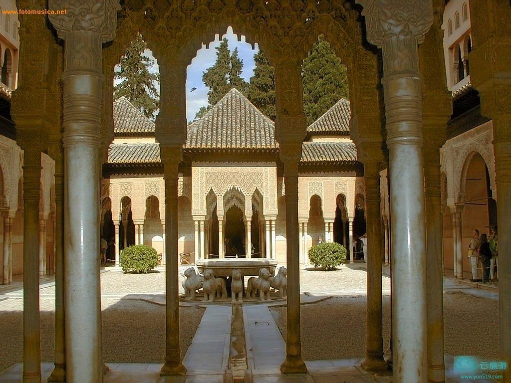 阿尔罕布拉宫建设背景。8世纪时,阿拉伯人在现今圣尼古拉广场处,修建了一座要塞,标志着摩尔人统治格拉纳达的时代开始了。公元1002到1031年间,科尔多瓦哈里发王国的衰落导致了许多独立穆斯林小国的建立,包括齐里德王朝建立的格拉纳达王国,这个王朝的统治从1010年直到1090年。在这一政权统治下,格拉纳达发展起来并保持了哈里发王国的艺术成就。王国先后经历了两个柏柏尔王朝的治理,穆拉比兑人和一神论者,直到1236年奈斯尔王朝建立。奈斯尔王朝的缔造者——穆罕默德一世,于1238年起着手进行阿尔汉布拉宫的建造。作为一个重要的文化中心,格拉纳达营造了浓郁的艺术环境。1212年基督徒取得纳瓦斯-德托洛萨战役胜利后,格拉纳达王国成为伊比利亚半岛上最后一块伊斯兰势力区域;这次战役成为基督徒重新征服西班牙的战争转折点。1492年,基督教国王接管了格拉纳达,标志着奈斯尔王朝的终结和穆斯林世界对西班牙统治的结束。格拉纳达的新统治者建立了王宫,宗教场所以及其它一些纪念建筑。16世纪时,银匠式建筑风格的先驱德西洛埃建造的大教堂和大量雕像,丰富了城市的艺术景观。阿尔罕布拉宫建筑特色。 阿尔罕布拉宫坐落在格拉纳达城东的山丘上,格拉纳达地势险要,占地约35英亩,四周环以高厚的城垣和数十座城楼。现存最早的摩尔人建筑包括称为阿尔汗布拉的城堡和称为上阿尔汗布拉的附属建筑,前者是摩尔君王的宫殿,后者是其官员和宠臣的住地。宫中主要建筑由两处宽敞的长方形宫院与相邻的厅室所组成。桃金娘宫院,长140英尺,宽74英尺,中央有大理石铺砌的大水池,四周植以桃金娘花,南北两厢,由无数圆柱构成的走廊柱子上,全是精美无比的图案,手工极为精细。而圆柱的建筑材料是把珍珠、大理石等磨成粉末,再混入泥土,然后用人工慢慢堆砌雕琢而成。这里的大使厅呈正方形,每边长37英尺,四面墙壁,全是金银丝镶嵌而成的几何图案,色彩艳丽。中间有高75英尺的圆顶,为觐见室,内设苏丹御座。大使厅以其雕刻有星状彩色天花板和拱形窗户著称。狮子厅为另一长方形宫院,长116英尺,宽66英尺,周围环绕以124根大理石圆柱的俏巧游廊,中间有模仿西妥教团净手间形式的建筑,轻灵的圆形屋顶饰有金银丝镶嵌细工的精美图案。     世界遗产委员会第18届会议上,格拉纳达的阿尔罕布拉宫和赫内拉利费遗产范围扩展,包括阿尔贝辛地区。