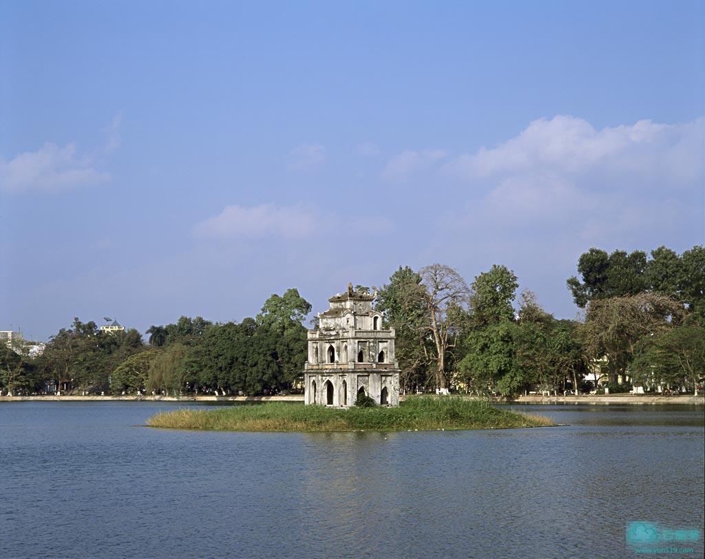 """河内是越南首都,历史文化名城,也是越南全国第二大城市及政治中心。河内位于越南境内红河三角洲西北部,坐落在红河右岸和红河与苏沥江的汇流处,无论是从南方到北方,还是从内地到沿海,均是必经之地,地理位置十分重要,拥有北方最大的河港,有好几条铁路在这里相联结,是北方公路的总枢纽,郊区有内排机场和嘉林机场,水、陆、空交通便利。城市地处亚热带,因临近海洋(北部湾),气候宜人,四季如春,降雨丰富,花木繁茂,百花盛开,素有""""百花春城""""之称。 河内是一座拥有1000多年历史的古城,从公元11世纪起就是越南政治、经济和文化中心,历史文物丰富,名胜古迹遍布,享有""""千年文物之地""""的美称。2007年,河内出土了唐朝安南都护府遗址。"""
