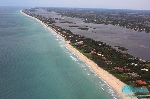 棕榈滩上的别墅一幢比一幢漂亮,全世界的亿万富豪都被吸引到这里,那些有钱又有品味的人喜欢在这里花尽心思,美女和豪车多得数不胜数...