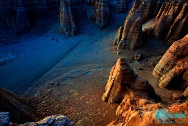 如果从吐鲁番出发、穿越大海道到敦煌,你会深刻的体会到民族风情之间的差异和不同美丽。穿越大海道,最大的障碍莫过于经过这里的无人区,但是走完大海道,你也会深刻的体会到丝绸之路留下的无尽美丽,感悟到大漠自然的神奇,体味到大漠凝静和广裹,让我们的心灵在戈壁大漠中升华...