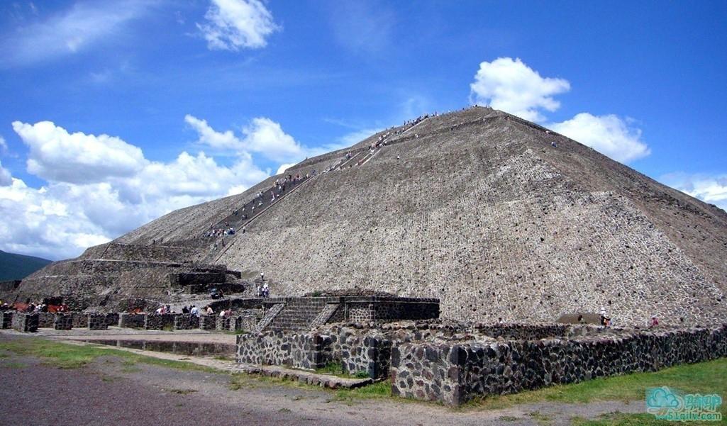 特奥蒂瓦坎的太阳金字塔和月亮金字塔造型为四边形层叠平台,每层向上收缩,当神殿和祭坛之用。祭司在塔顶祭祖太阳神、雨神和战神。另外,这里还举行牺牲仪式,祭司把活人绑在