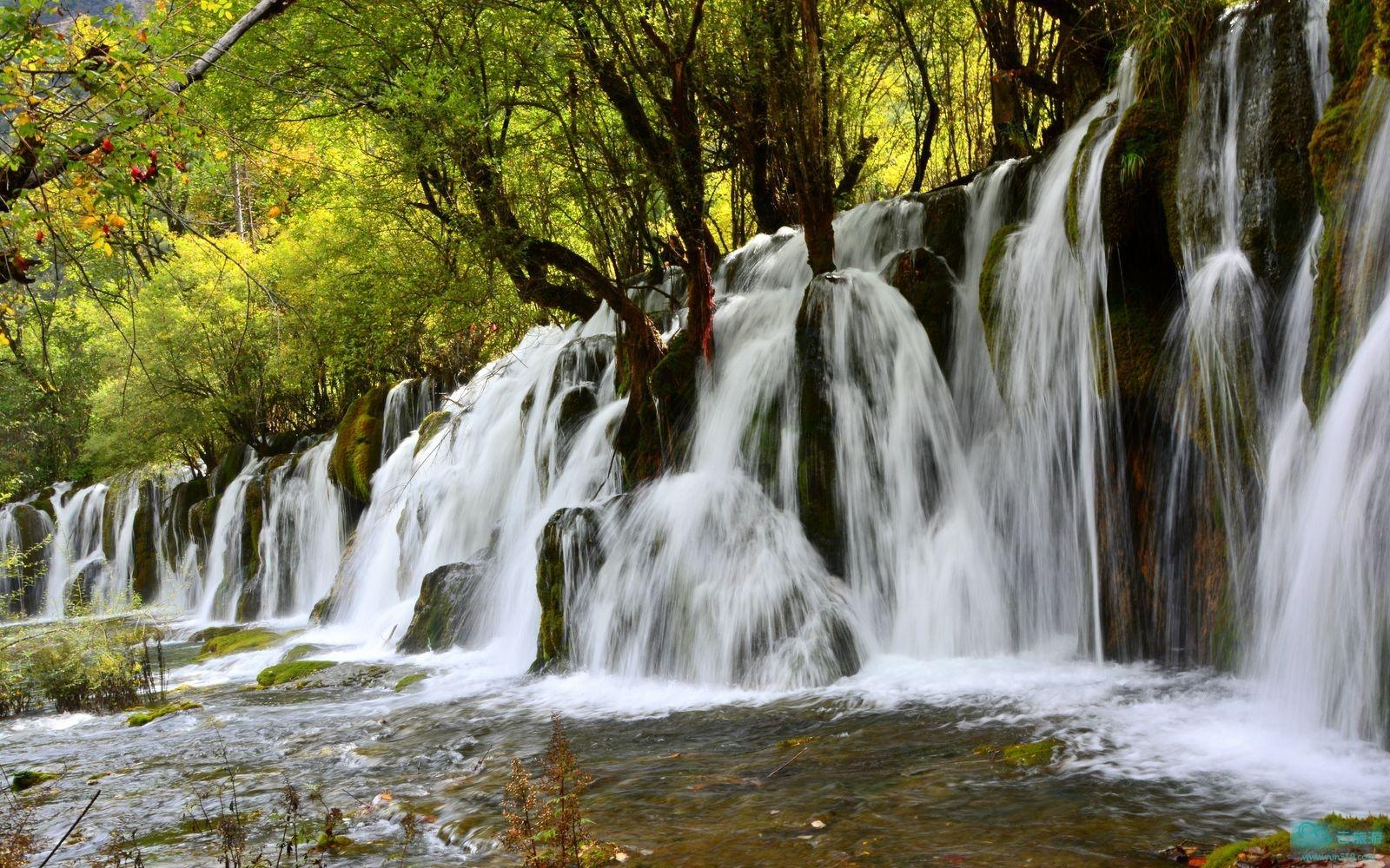 阿坝州内,东南向西北海拔由820米上升到6250米;530条河流、540个湖泊、 2980座山峦,蕴藏无数神秘奇特的自然风光。阿坝气温自东南向西北并随海拔由低到高而相应降低,总体来说冬春寒冷、夏季温凉,是绝佳的避暑胜地;随着海拔高度变化,气候从亚热带到温带、寒温带、寒带,呈明显的垂直性差异,海拔2500~4100米的坡谷地带是寒温带,年平均气温1℃~5℃,海拔4100米以上为寒带,终年积雪,长冬无夏。中国工农红军长征从1935年4月进驻到1936年8月全部走出草地,停留达16个月,留下数处会址、遗址、文物等,还有鲜为人知的红四方面军在金川建立的格勒得沙共和国遗址,以及后来建造的松潘红军长征总碑园、亚克夏雪山红军烈士陵园等。阿坝现有3个世界级风景区,3个省级风景区,4个省级自然保护区;101个一级景点,38个二级景点,19个三级景点ZS个人文景观板块:长征史诗、藏文化、羌文化、历史文化、藏传佛教文化。