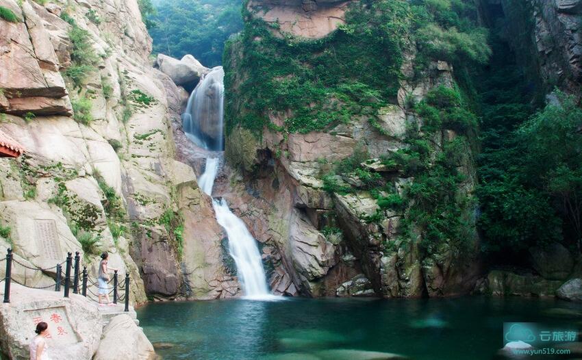 潮音瀑又名鱼鳞瀑。分别以水声似潮、水形像鱼鳞而得名。在崂山十二名景中称为岩瀑潮音。在瀑布旁陡壁上镌刻着潮音瀑三个大字,是30年代叶恭绰的手书。 属挂瀑类的潮音瀑发源于青岛崂山之阴的源泉。泉水从海拔900多米的巨石下喷涌而出,流经约10公里长的凉清河涧谷,集大小百余条山溪之水,冲开峻岭的阻拦,自悬崖峭壁之上,分三折而下;第一折,从崖顶巨石下的洞口喷射而出,流进一个斗形的深深石窝里;第二折,水从斗形石窝溢出,洒向悬崖半腰簸箕形石壁上,波光闪闪,恰似鱼鳞;第三折,簸箕形石壁泼下的水,织成一幅宽