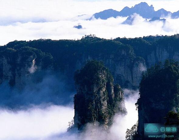 """仙华山风景区西与国家级风景区""""两江一湖""""(新安江,富春江,千岛湖)"""